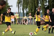 Fotbalisté Ostrožské Lhoty (ve žlutých dresech) zvítězili na hřišti Žítkové 8:1 a postoupili do druhého kola Poháru OFS Uherské Hradiště.