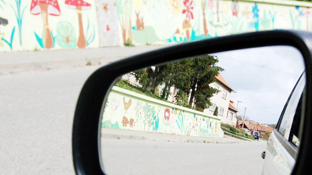 Z dětské fantazie vzešla také podoba jedné ze zdí u silnice.
