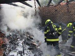 Hasiči zasahují u požáru přístřešků v Hluku