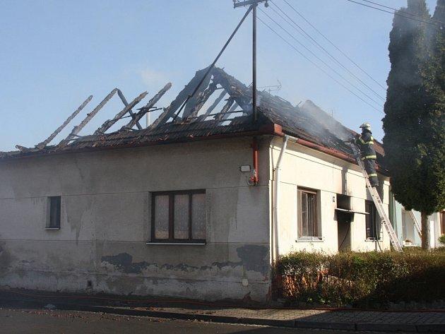 V Kostelanech nad Moravou v sobotu 1. dubna zachvátil požár rodinný dům. Oheň zdevastoval celou střechu domu.