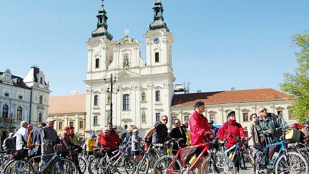 K vyjížďce vinohrady se na hradišťské Masarykovo náměstí dostavily desítky cyklistů.