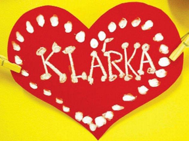 Spolužáci z 2. A základní školy v Bánově vyrobili zesnulé Klárce vzpomínkovou nástěnku.