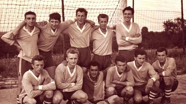 Fotbalová jedenáctka z Tučap v roce 1963.