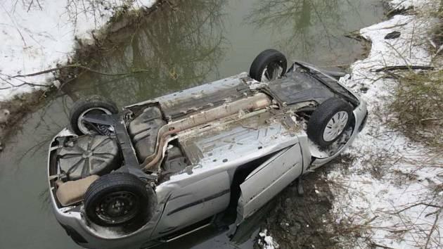 Řidiči nepřizpůsobili jízdu vozovce.