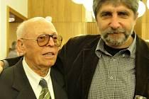 Alois Hajda (vlevo) s režisérem Břetislavem Rychlíkem na oslavách 60. výročí založení Slováckého divadla.