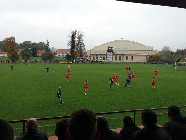 Fotbalisté Uherského Brodu (v červených dresech) ve 12. kole Fortuna MSFL porazili poslední Mohelnici 2:0.