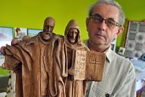 Vítězslav Kotas s dílem, které při prvním ročníku představil mladý výtvarník Lukáš Macíček.