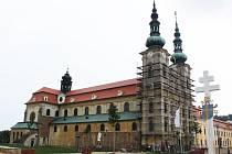 Průčelí velehradské baziliky se začalo ukrývat pod lešení.
