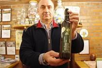 Břetislav Jakubík se vzorkem Sauvignonu vydraženým za 3500 korun.