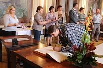 Ocenění za dárcovství krve si na uherskohradišťské radnici v pátek 9. října převzalo 13 dárců.