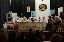 Beznadějně zaplněný sál kulturního domu v Horním Němčí byl v pátek večer svědkem slavnostní premiéry divadelního představení s názvem Drápání péří.