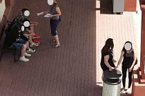 Návštěvníci Dopravního terminálu v Uherském Brodě si často pletou víka od odpadkových košů s popelníky, přičemž je v celém areálu zakázáno kouřit.