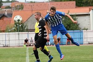 Fotbalisté Hluku (v černobílých dresech) prohráli v úvodním zápase nové sezony I. A třídy skupiny B s Újezdcem 1:2.