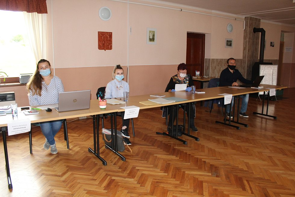Senátní a krajské volby v Hostějově. Volební komise v sále kulturního domu.