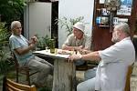 Takto vznikala v roce 2004 kapitola Vřesovický zahradník. Zleva: Jaromír Nečas, Vlašský ryzlink, Miško Eveno a Jiří Jilík (proč také Vlašský ryzlink, pochopíte po přečtení) .
