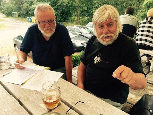 Spisovatel Jiří Jilík (vlevo) a herec Vladimír Doskočil se připravují na úterní pořad voblíbené hospůdce na Smraďavce.