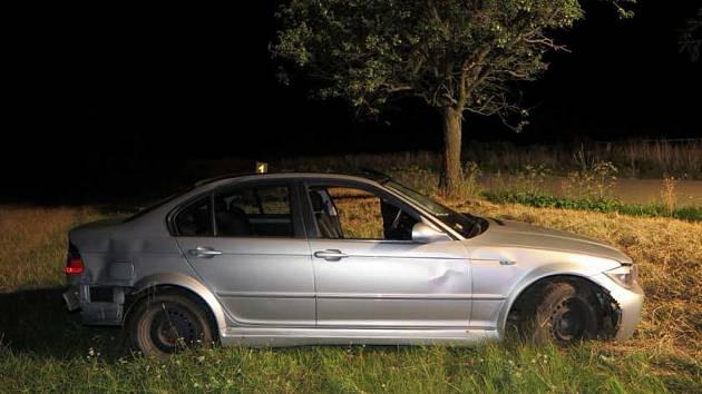 Mladík pod vlivem sjel dvakrát mimo silnici, podruhé narazil do stromu a vůz převrátil.