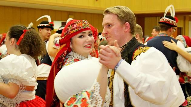 Při plese vBabicích mohli jeho návštěvníci obdivovat mládence a děvčice ve slováckých krojích.