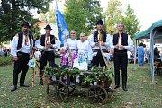 U altánu v uherskohradišťských Smetanových sadech se představil na Slováckých slavnostech vína mikroregion Za Moravú.