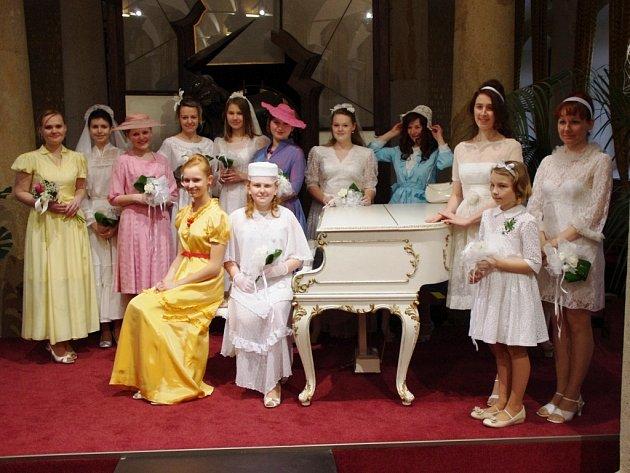 V historických svatebních šatech se na molu Sloupového sálu Muzea JAK v Uherském Brodě představily převážně jeho zaměstnankyně.