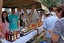 V archeoskanzenu si přišli na své milovníci včel a včelích produktů. Nechybělo ani stloukání másla, medu lízání a košt medovin.