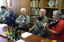 František Hamada (druhý zprava) slaví 100. narozeniny.