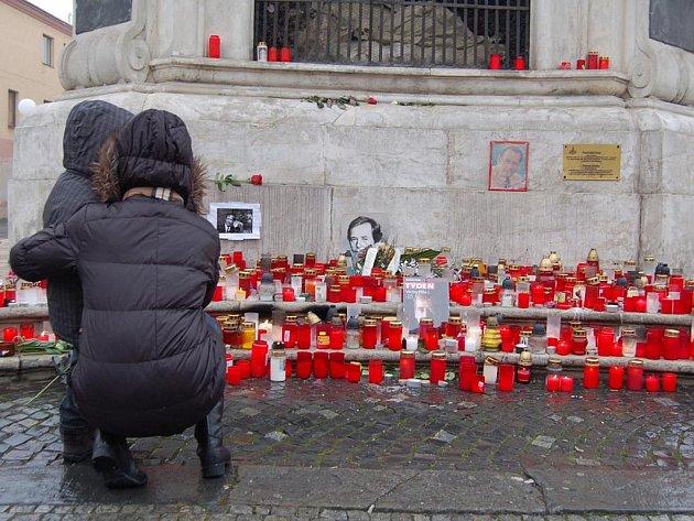 V Uherském Hradišti uctily památku Václava Havla minutou ticha desítky lidí.