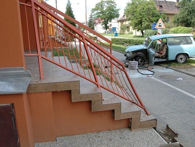 Krátce po čtvtrečním poledni ve Starém Městě zřejmě kvůli nevolnosti starší řidič v Trabantu naboural do panelového domu.
