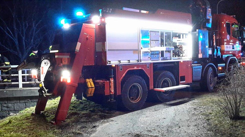 U Podolí se řidič prchajícího auta snažil policejní hlídku setřást tím, že prudce odbočil doprava. Tento manévr však nezvládl a havaroval do řeky Olšavy.