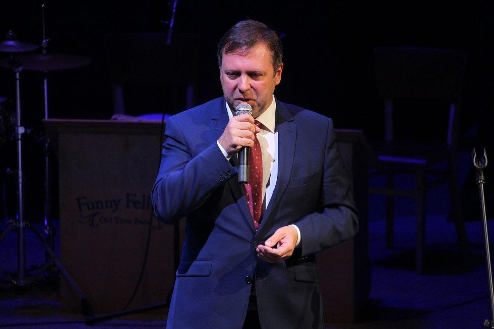 Ceny města Uherského Hradiště za rok 2017 si přebrali ve Slováckém divadle historička Blanka Rašticová a muzikant Jan Maděrič.