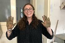 Jordana Katarina Bickel při tvorbě v keramické dílně Střední uměleckoprůmyslové školy v Uherském Hradišti.