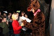 Druhákům ze ZŠ U Pálenice Kunovice předával vysvědčení medvěd. Stalo se tak ve Slováckém Muzeu na výstavě Vládci noci.