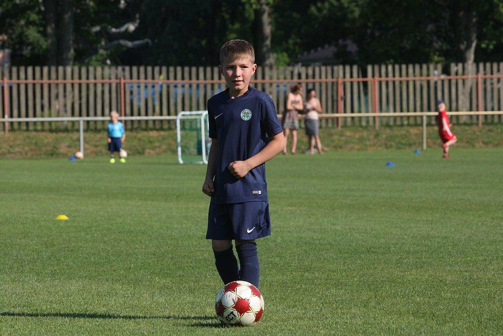 Ligoví fotbalisté Tomáš Zajíc, Libor Holík a Petr Galuška se připravují ve Vnorovech. Nadějím Agra po zápase s Ostrožskou Novou Vsí předali dresy.