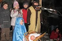 Vánoční koledy zpívala na podiu v muzeu sušická drobotina.