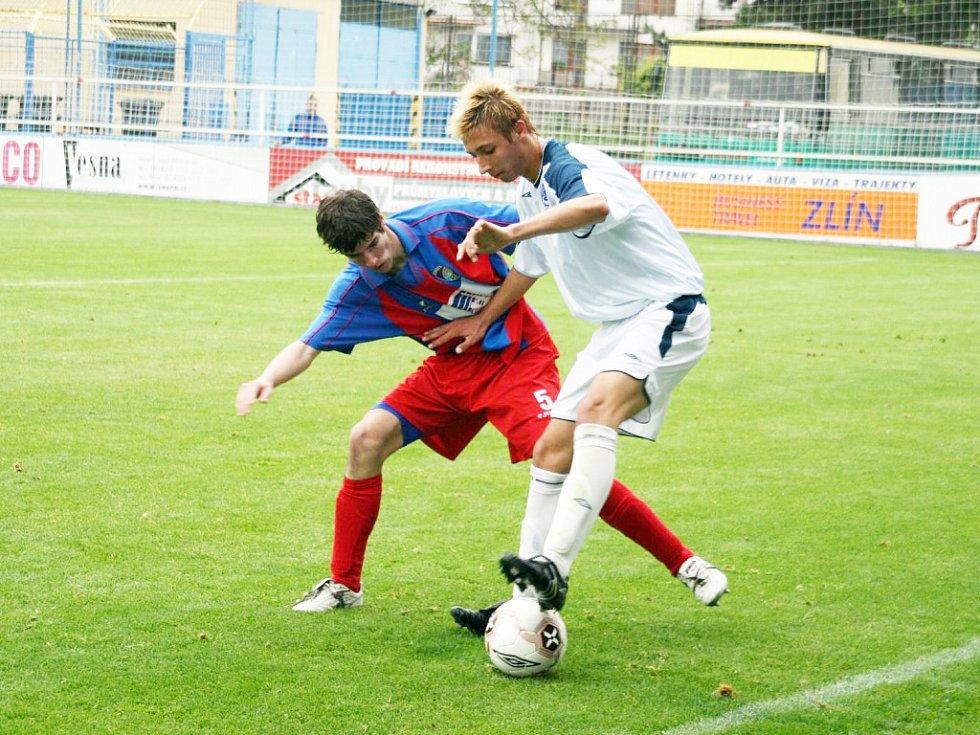 Záložník mladšího ligového dorostu Slovácka Patrik Semela (u míče) přispěl k vítězství nad Drnovicemi dvěma góly.