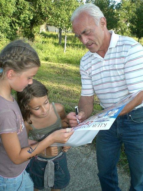 František Veselý neodmítl prosby dětí o autogram.