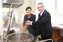 Kuchyň za téměř 7 milionů korun slavnostně otevřela starostka Kunovic Ivana Majíčková a ředitel školy Marek Tvrdoň.
