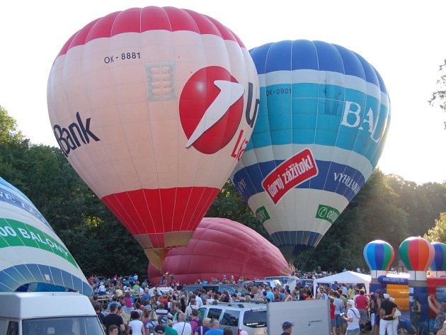 Třináct horkovzdušných plavidel vzlétlo v sobotou z Balon Centra v Břestku.