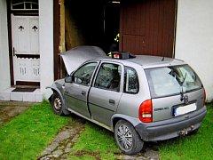 Řidička nabourala do vrat domu, zranila si při tom hlavu.