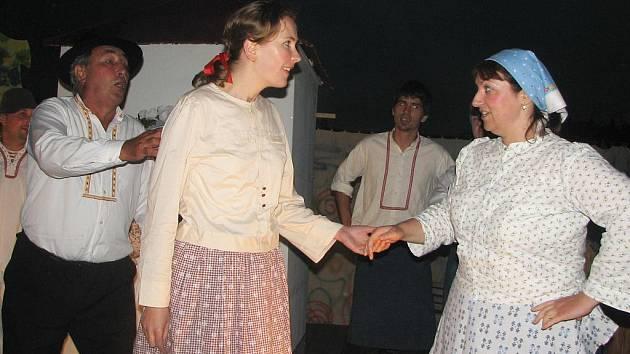 Úsměv se vrátil do Bětuščiny (uprostřed) tváře. Hrála ji Petra Foltýnková.