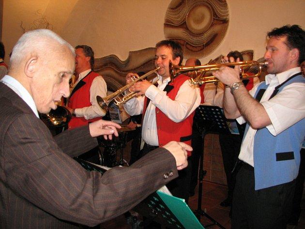 Bez taktovky. Celé tři hodiny dirigoval Staroměstskou kapelu klient Kopretiny Gerard Pachula.