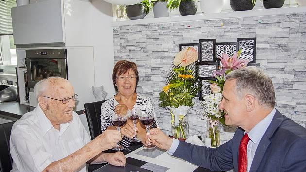 František Hamada (vlevo) si připíjí při příležitosti svých 105. narozenin s hejtmanem Zlínského kraje Jiřím Čunkem (vpravo).