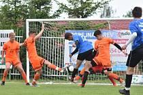 Hráči ZŠ Sportovní Uherské Hradiště (v oranžovém) nestačili ve finále na Hradec Králové a na krk si tak pověsili stříbrné medaile.
