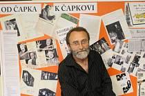 Jeden z iniciátorů obnovy divadelního spolku Čapek a ředitel Základní umělecké školy Uherské Hradiště Stanislav Nemrava u tabule mapující historii spolku.