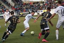 Fotbalisté Slovácka (v bílých dresech) zahájili jarní část FORTUNA:LIGY domácím zápasem s ostravským Baníkem.  Na snímku Milan Petržela