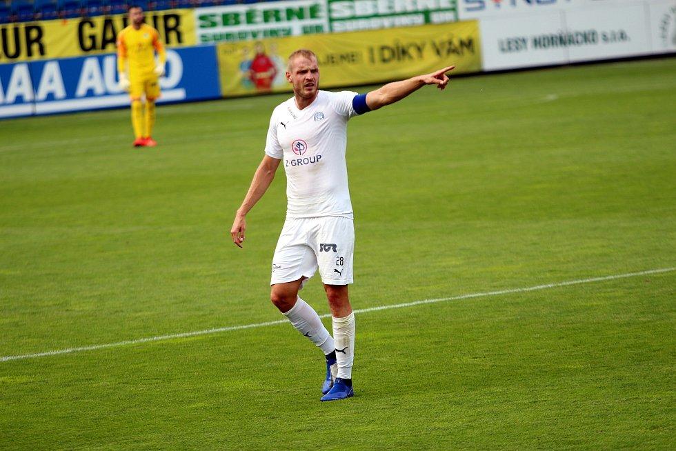 Fotbalisté Slovácka (v bílých dresech) proti pražské Spartě