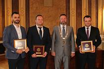 Za pomoc při záchraně lidských životů vyznamenal v pátek 15. listopadu starosta Uherského Hradiště Stanislav Blaha záchranáře Martina Mikloše, Jiřího Stušku a Jiřího Vašicu.