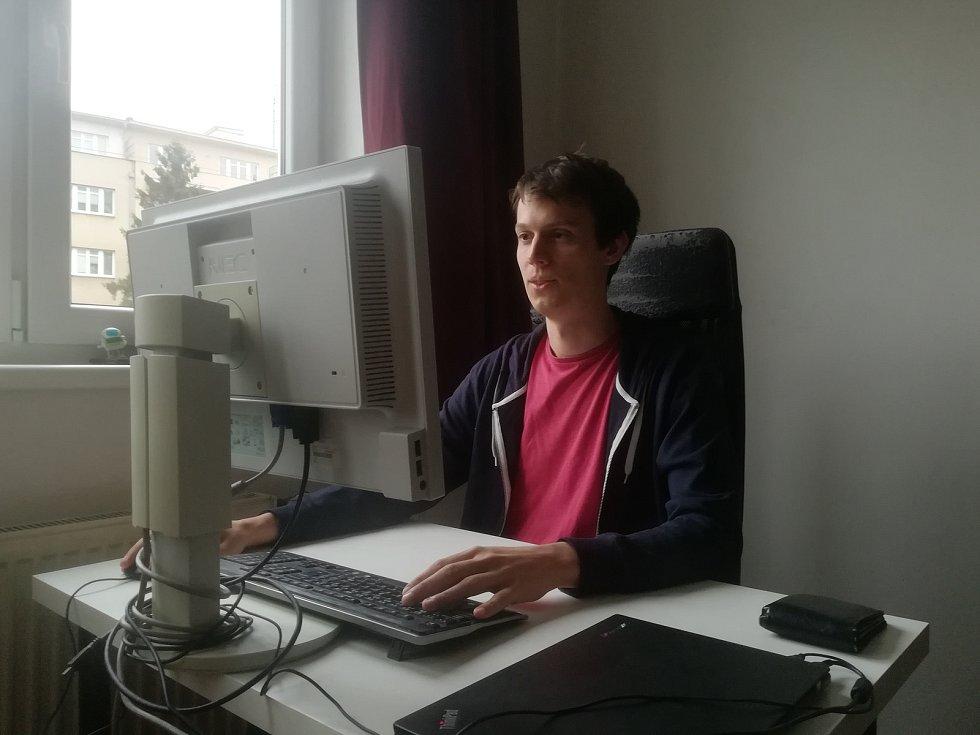Aplikace Včelka v různých podobách. Hlavní programátor Josef Šupka je původem z Uherského Hradiště.