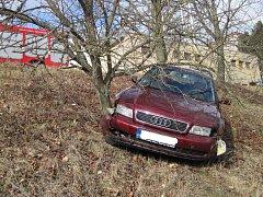 Vozidlo po samovolném rozjetí narazilo do nedalekého ovocného stromu, který byl vysazený na strmém svahu.