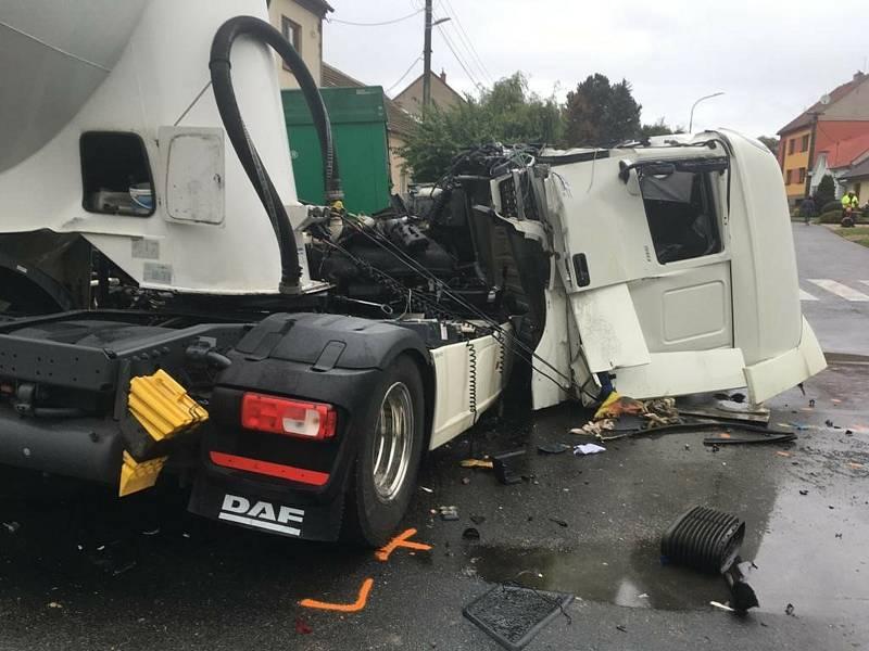 Srážka kamionů v uherskobrodské křižovatce.